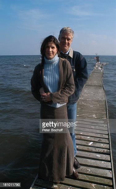 Rüdiger Joswig Ehefrau Claudia Wenzel Flitterwochen StrandSpaziergang Sierksdorf/SchleswigHolstein Ostsee Meer Steg Urlaub Ehepaar Schauspieler...