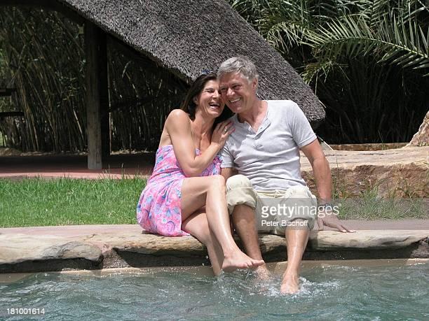 Rüdiger Joswig Ehefrau Claudia Wenzel Urlaub Flitterwochen Namibia/SüdAfrika OkapukaRanch bei Windhoek Lodge Schauspieler Schauspielerin Pool umarmen...