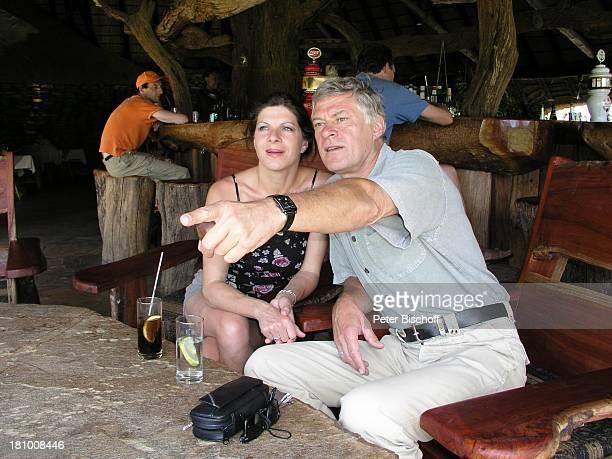 Rüdiger Joswig Ehefrau Claudia Wenzel Urlaub Flitterwochen Namibia/SüdAfrika OkapukaRanch bei Windhoek Lodge Schauspieler Schauspielerin Pfeife...