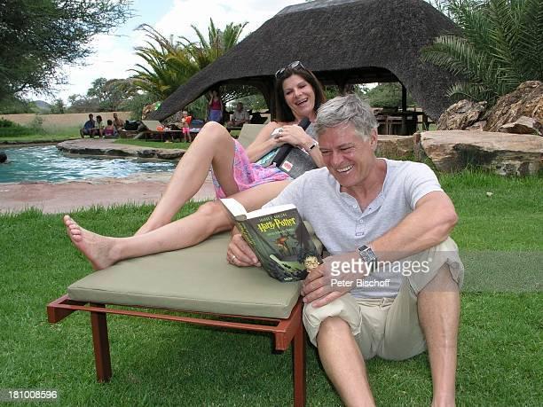 Rüdiger Joswig Ehefrau Claudia Wenzel Urlaub Flitterwochen Namibia/SüdAfrika OkapukaRanch bei Windhoek Lodge Schauspieler Schauspielerin Pool lesen...
