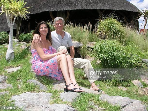 Rüdiger Joswig Ehefrau Claudia Wenzel Urlaub Flitterwochen Namibia/SüdAfrika OkapukaRanch bei Windhoek Lodge Schauspieler Schauspielerin umarmen...
