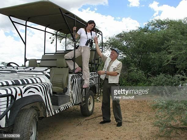 Rüdiger Joswig Ehefrau Claudia Wenzel Urlaub Flitterwochen Namibia/SüdAfrika Safari Schauspieler Schauspielerin Jeep Fernglas Mütze Promis Prominente...
