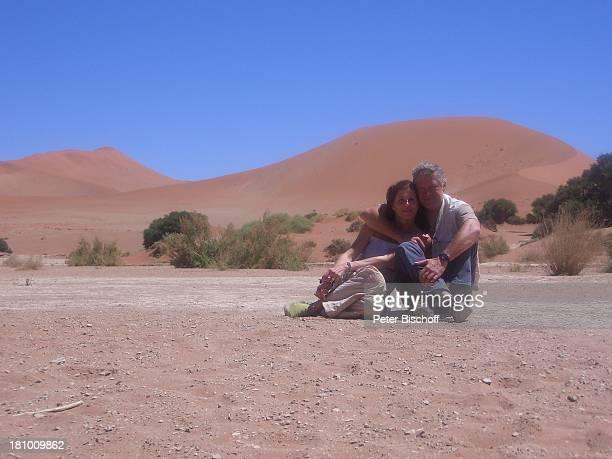 Rüdiger Joswig Ehefrau Claudia Wenzel Urlaub Flitterwochen Namibia/SüdAfrika Safari Schauspieler Schauspielerin Mütze Promis Steppe Savanne Wüste...