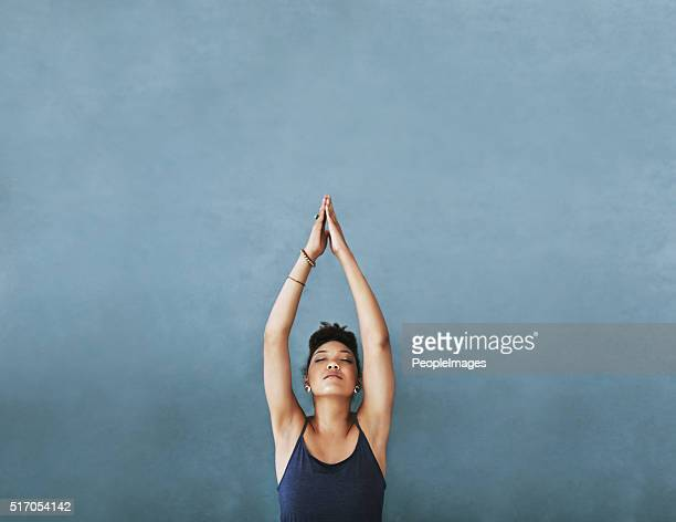 reaching for her fitness goals - yoga stockfoto's en -beelden