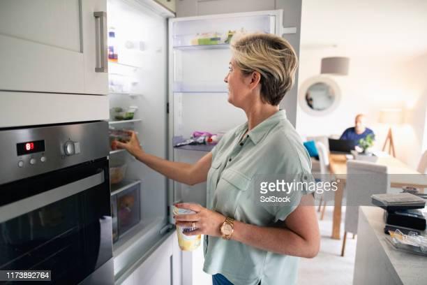 haar koelkast bereiken - koelkast stockfoto's en -beelden