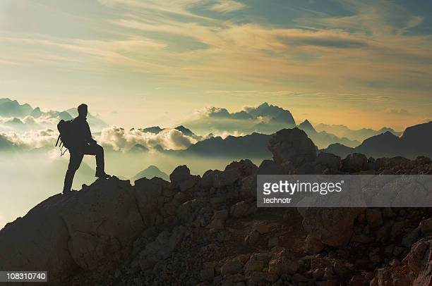 reaching the mountain peak - bergpiek stockfoto's en -beelden