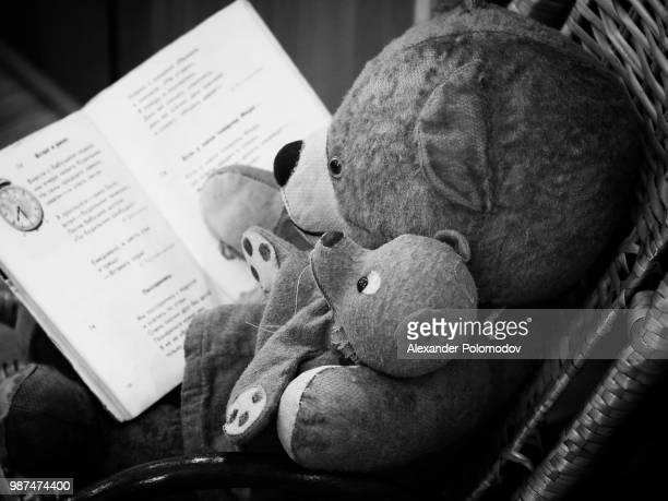 read bedtime stories - noel noir et blanc photos et images de collection