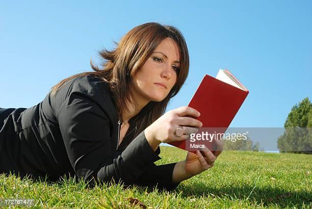 reader - ligga på mage bildbanksfoton och bilder
