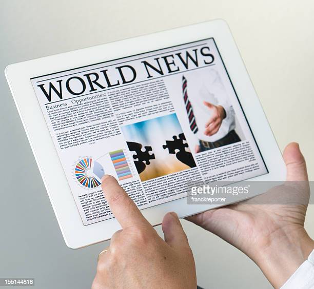 Lisant un journal sur tablette numérique moderne