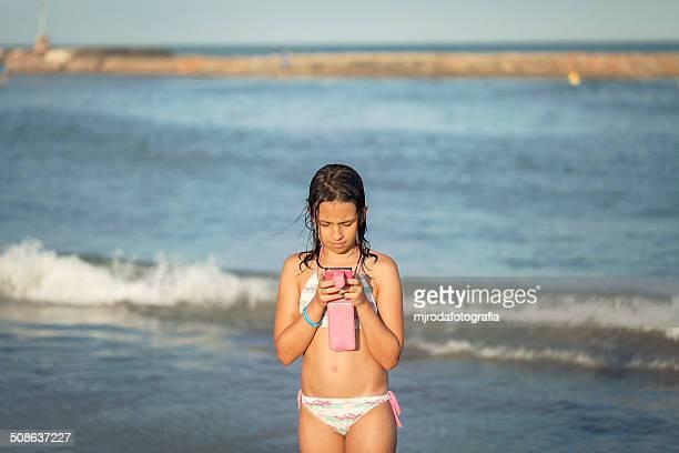 reading a messeg - mjrodafotografia fotografías e imágenes de stock