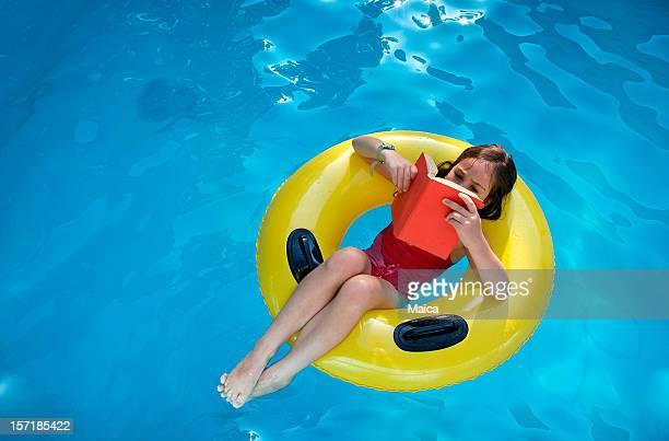 Lectura en la piscina.