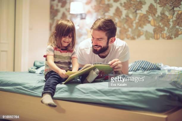 libro de lectura en su hogar - leer fotografías e imágenes de stock