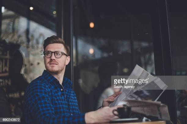 lee el periódico en el café - ginger lee fotografías e imágenes de stock