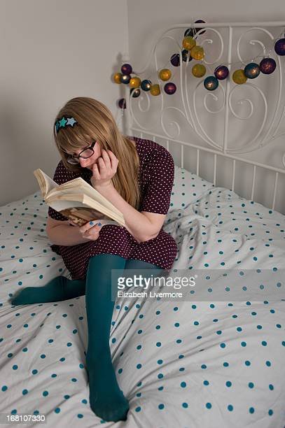 reading - junge frau strumpfhose stock-fotos und bilder