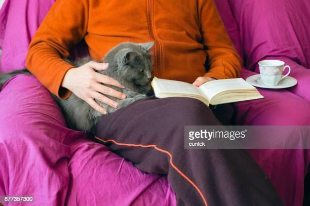 Lesezeit mit einer Katze