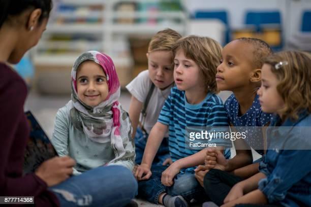 lesung der klasse - islam stock-fotos und bilder
