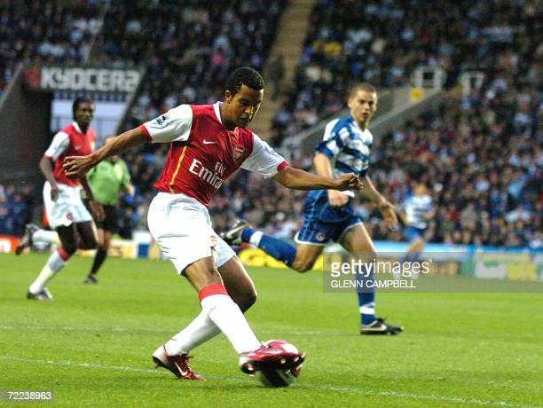 Reading, UNITED KINGDOM: Theo Walcott of Arsenal crosses the ball during the 4-0 win for Arsenal in English Premiership match against Reading FC at...