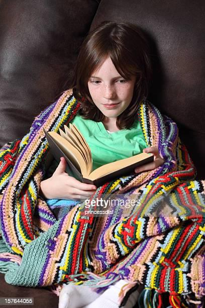 reading with blanket - afghan girl stockfoto's en -beelden