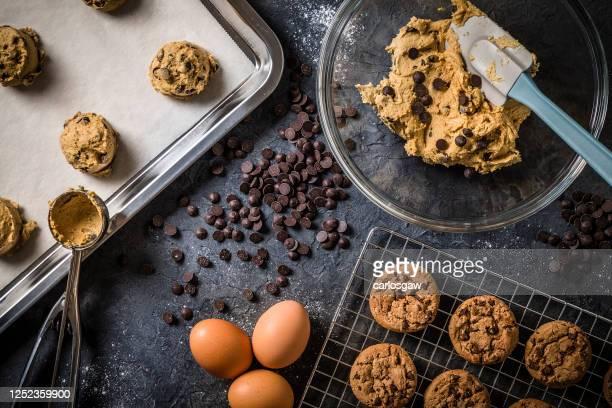 チョコレートチップクッキーを焼く準備ができました - チョコレートチップクッキー ストックフォトと画像