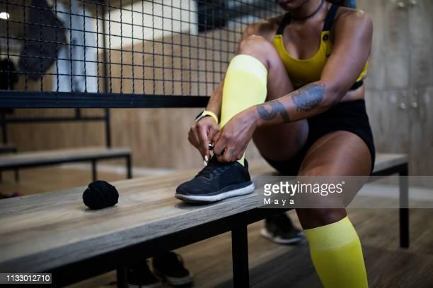 bereit für tolles training - sportlerin stock-fotos und bilder