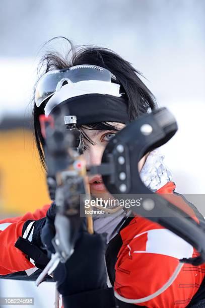 bereit für sportschießen - damen biathlon stock-fotos und bilder