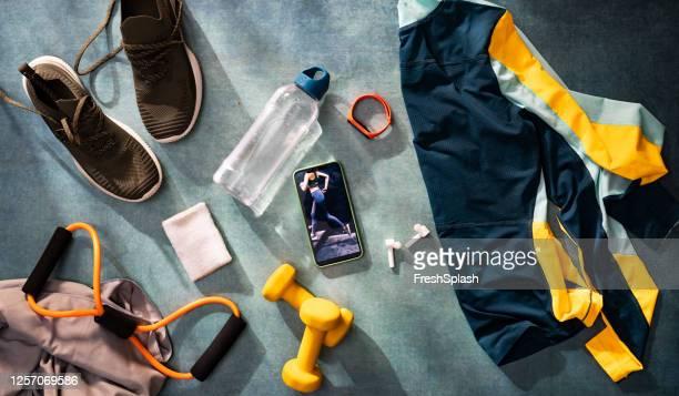 pronto para o treino: um exercício flat lay still life, uma vista aérea - ângulo esporte - fotografias e filmes do acervo