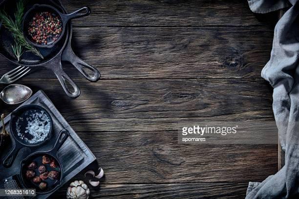 調理する準備ができました。コピースペース付きの素朴な木製のテーブルの上に鉄鍋と材料。 - 醤油 ストックフォトと画像