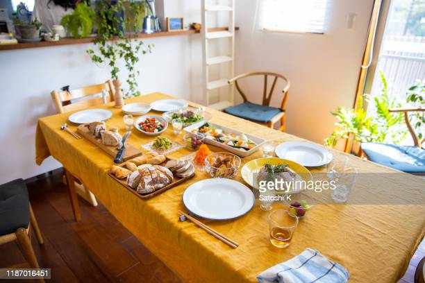 ホームランチパーティーを開始する準備ができました - ダイニングテーブル ストックフォトと画像