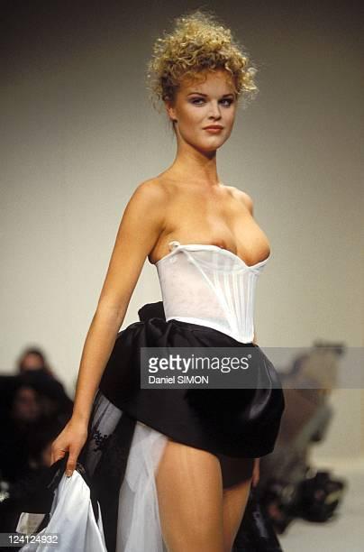 Ready to Wear fashion show Fall Winter 94 95 in Paris France in March 1994 Vivienne Westwood Eva Herzigova