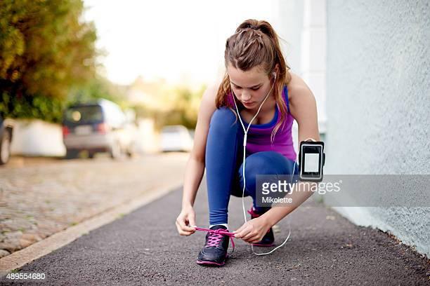 readying for the run - alleen tienermeisjes stockfoto's en -beelden