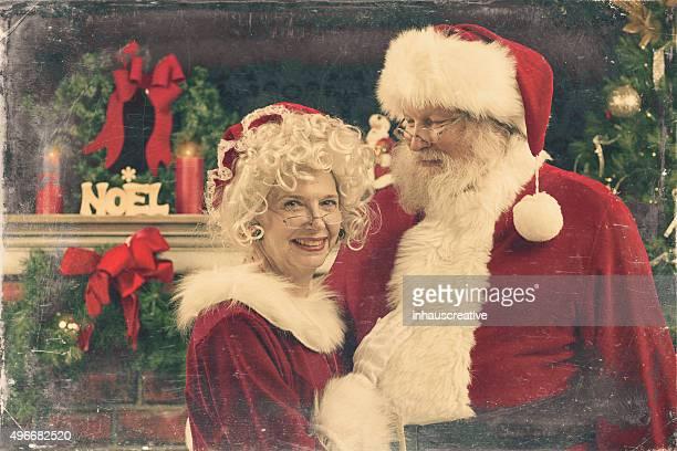 wirklich authentische weihnachten foto von santa und frau weihnachtsmann. - weihnachtsfrau stock-fotos und bilder