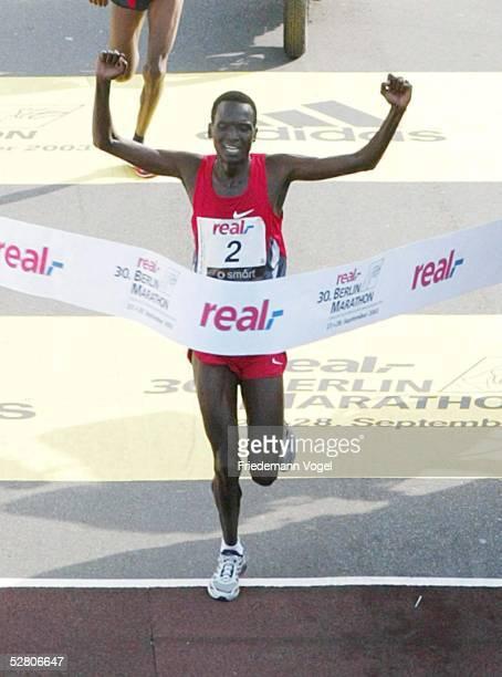 Real Berlin Marathon 2003 Berlin Paul TERGAT/KEN Sieger der Maenner mit neuem Weltrekord