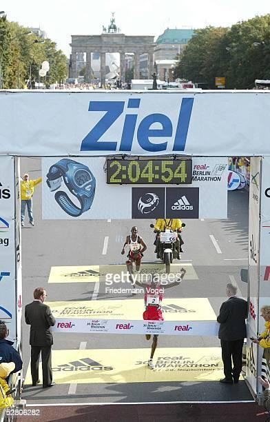 Real Berlin Marathon 2003 Berlin Paul TERGAT/KEN Sieger Sammy KORIR/KEN Zweiter beide mit neuem Weltrekord