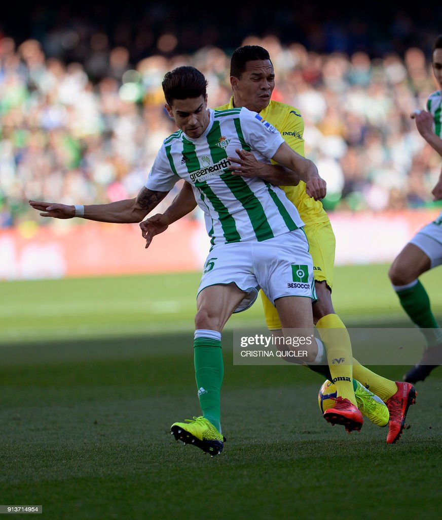 Real Betis' Spanish defender Jordi Amat (L) vies with Villarreal's Colombian forward Carlos Bacca (R) during the Spanish league football match between Real Betis and Villarreal CF at the Benito Villamarin stadium in Sevilla on February 03, 2018. / AFP PHOTO / Cristina Quicler