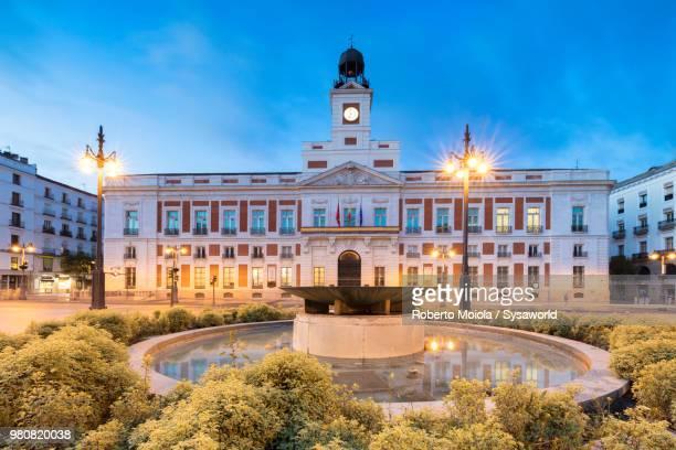 real casa de correos, (royal house of the post office), plaza de la puerta del sol, madrid, spain - puerta del sol fotografías e imágenes de stock