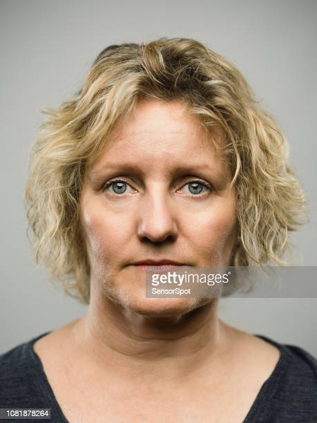 femme adulte véritable caucasienne expression vide - mugshot photos et images de collection