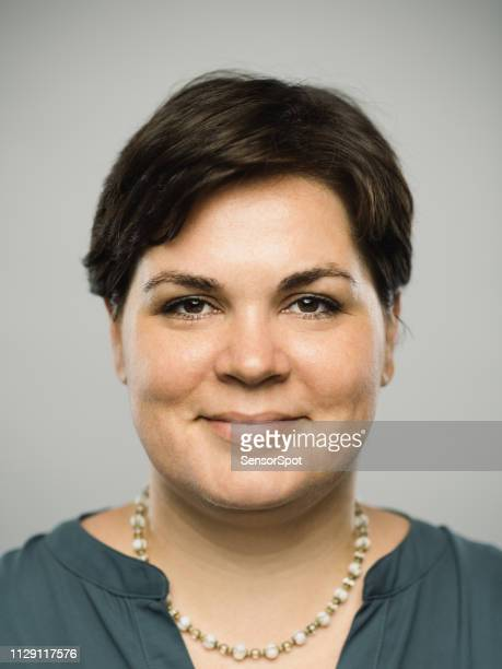 mulher adulta real caucasiana com expressão feliz - charmoso - fotografias e filmes do acervo