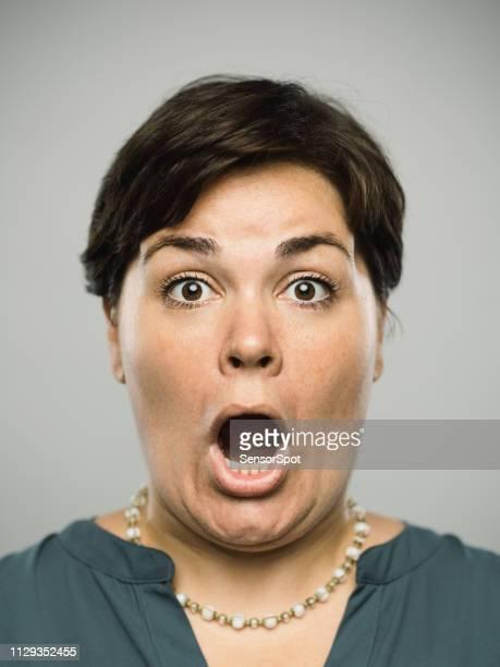 驚いた表情で本物の白人の成人女性 - 息を止める ストックフォトと画像