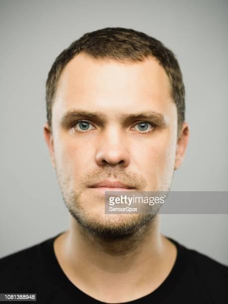 homem caucasiano real com expressão vazia - rússia - fotografias e filmes do acervo
