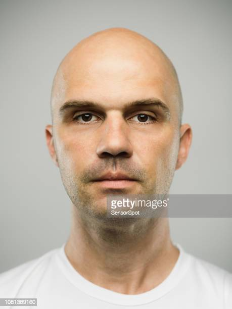 homme réel caucasien avec expression vide - mugshot photos et images de collection