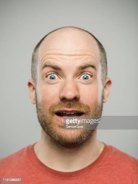 echter kaukasischer mann mit überraschten ausdruck mit blick auf die kamera - blaue augen stock-fotos und bilder