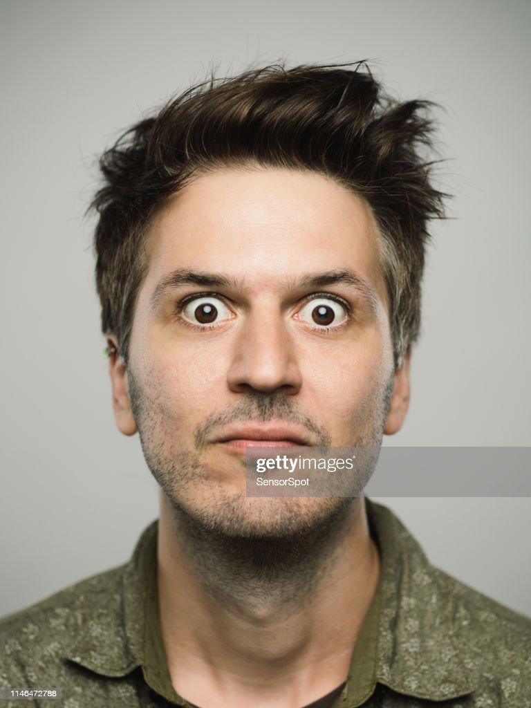 Vero uomo caucasico con espressione sorpresa guardando la telecamera : Foto stock