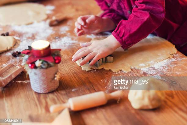 kind macht echte weihnachtsbäckerei - weihnachtsplätzchen - backen stock-fotos und bilder
