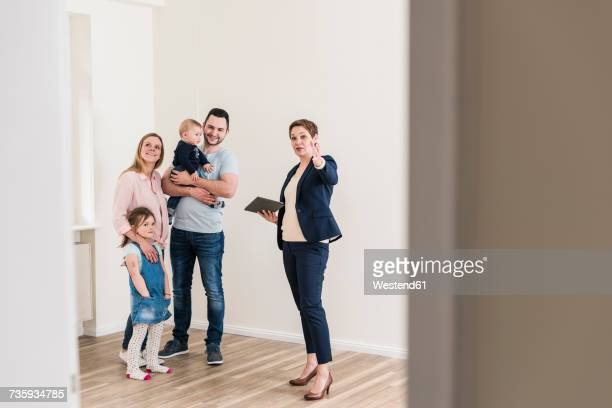 real estate agent and family in new apartment - visita imagens e fotografias de stock