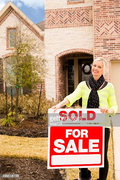 agent immobilier avec passion avancera panneau «Sold».  Maison.