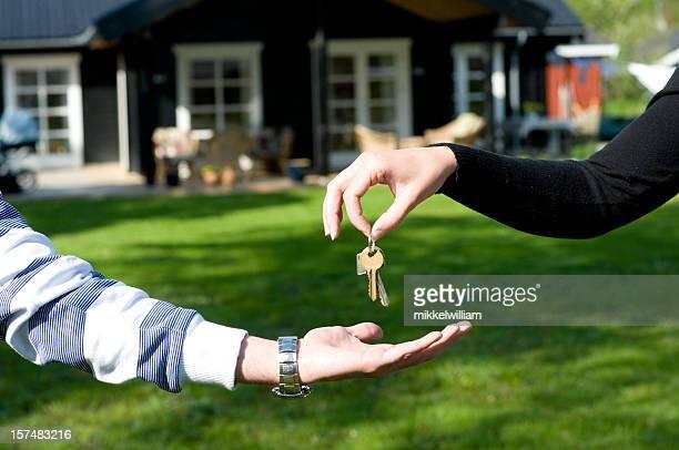 Real estate agent Hände über Schlüssel an neue Besitzer