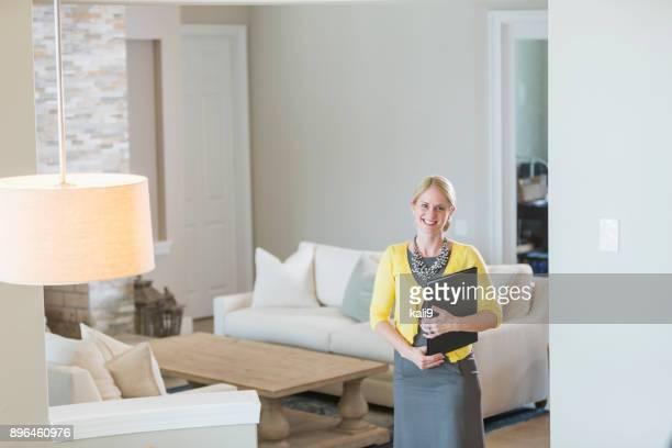 Agente inmobiliario en casa
