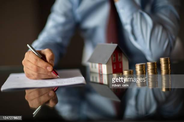 不動産業者が住宅模型を保有している - 商業不動産 ストックフォトと画像