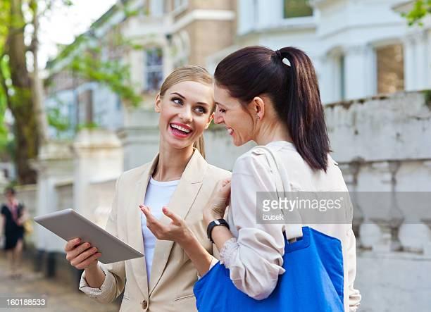 Real Estate Agent Gespräch mit Kunden