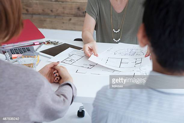Real estate agent to explain the design plan